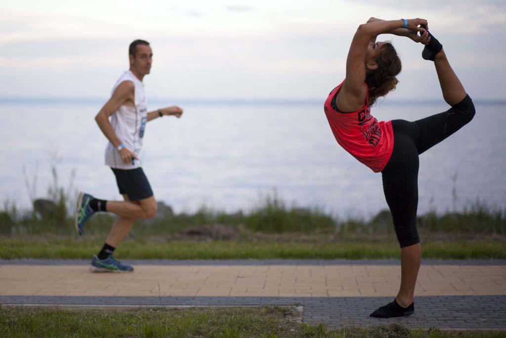 Egy futó nyújt egy frissítőpontnál a 212 kilométeres Ultrabalaton versenyen Keszthelyen 2014. május 31-én. A nyolcadik alkalommal megrendezett szabadidős sporteseményen a résztvevők a Balatont megkerülve teljesítik a távot futva, kerékpárral, egyéniben vagy csapatban. MTI Fotó: Varga György
