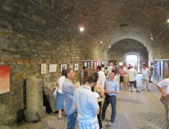 A fiatalos huzat tapasztotta a képeket a falakra – Grotta II. a tatai várban.