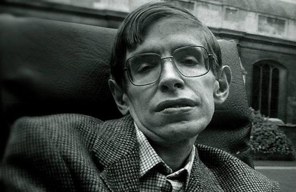 Stephen Hawking szerint ő lenne az ideális James Bond-gonosz