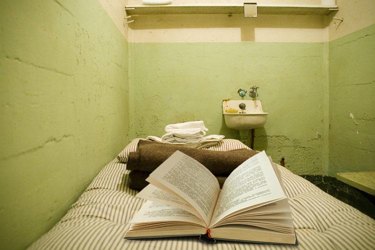 Könyvolvasásra is büntetett a bíróság - büntetés