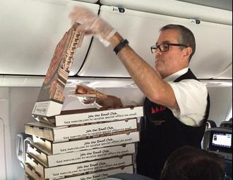 """""""Egy óriás négysajtosat kérnék a… repülőgépre"""" – pizzát rendelt egy pilóta az utasainak"""