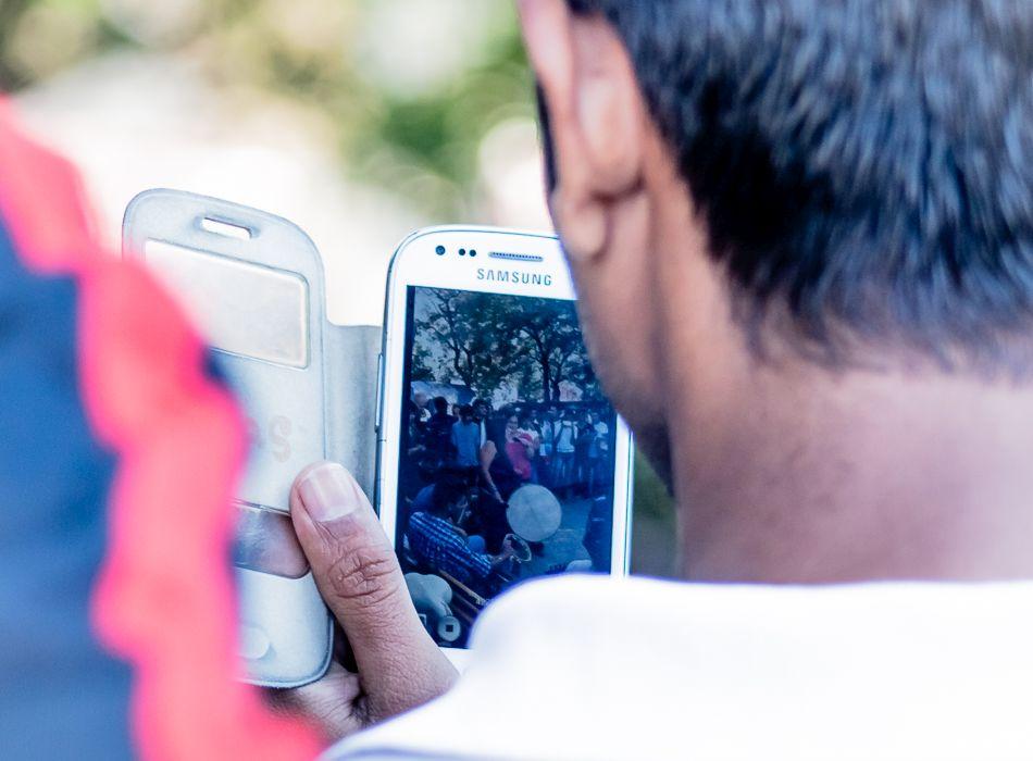 Palya Bea a tranzitzónában – fotó: Csata Judit- A Magyar Telekom wifit telepít