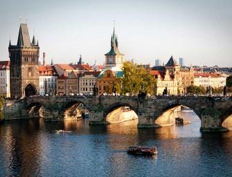 Most jó lenni írónak és filmesnek Prágában