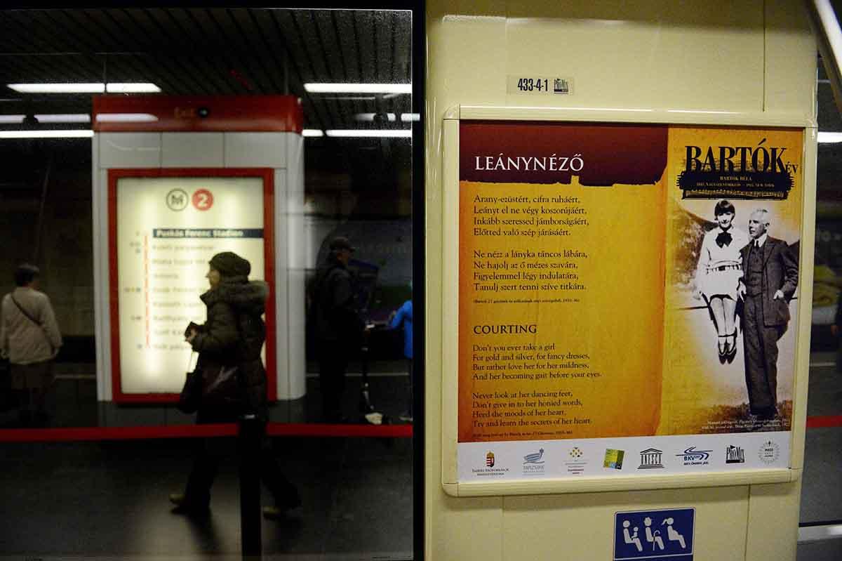Budapest, 2016. március 23. A Bartók Béla életét és munkásságát bemutató kiállítás egyik installációja egy metrókocsiban, a Puskás Ferenc Stadion állomáson 2016. március 23-án, a tárlat megnyitóján. A zeneszerző születésének 135. évfordulója alkalmából indított emlékév részeként nyílt tárlat két hónapon át látható a metró 2-es 3-as és 4-es vonalán közlekedő szerelvényeiben, a Metro Galériában. MTI Fotó: Kovács Tamás