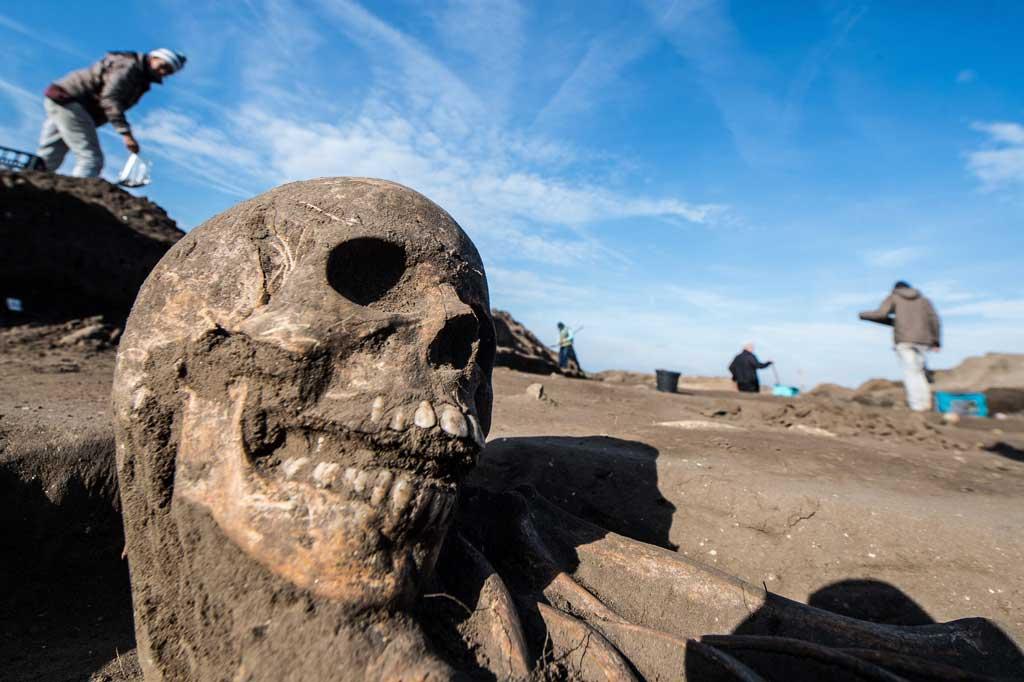 Az Árpád-korból, valamint a tatárdúlást követő időszakból való földi maradványokat tárják fel a régészek. MTI Fotó: Ujvári Sándor