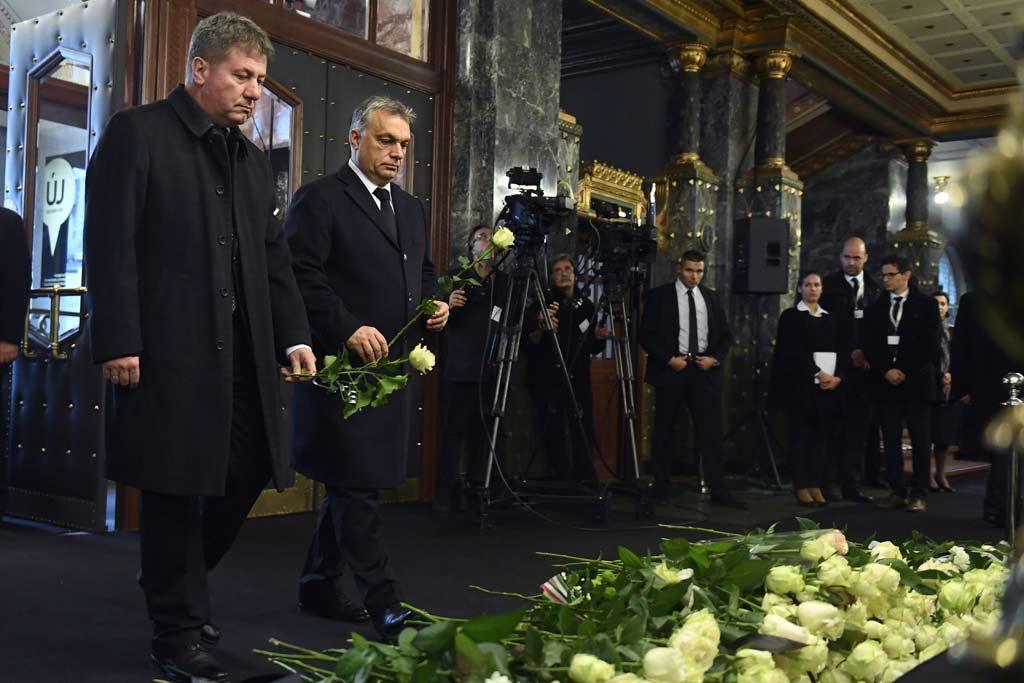 Orbán Viktor miniszterelnök (j) és Prőhle Gergely, az Emberi Erőforrások Minisztériumának (Emmi) nemzetközi és európai uniós ügyekért felelős helyettes államtitkára leróják kegyeletüket Kocsis Zoltán kétszeres Kossuth-díjas, Liszt Ferenc-díjas zongoraművész, karmester, zeneszerző ravatalánál.