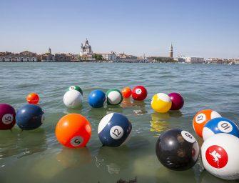 A vízen lebegő óriási biliárdgolyók már Velencében hódítanak – Interjú Vincze Ottó képzőművésszel