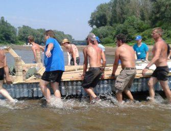 Hulladékból készült hajókkal tisztítják a Tisza hullámterét