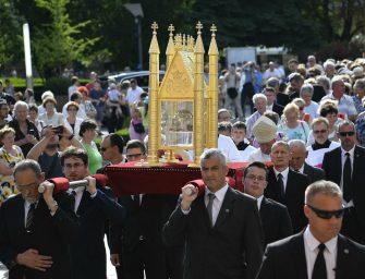 A nap fotója: Biztonsági őrök kísérték Szent László koponyáját