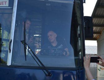 Egy igazi buszt kapott 50. születésnapjára az író