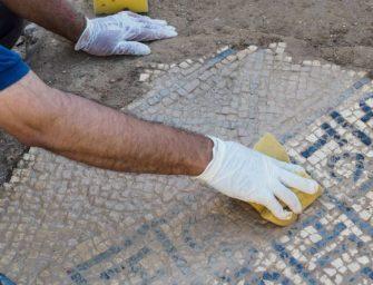 Flaviosz császárt dicsőítő mozaikpadlót találtak kábelfektetés közben