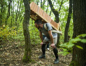 A nap fotója: Téglákkal hátukon rohangálnak az emberek az erdőben